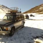 Fahrzeuge der Teilnehmer im Schneefeld